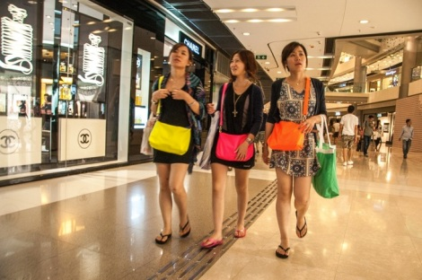 quintessentially HK 2 - people shopping
